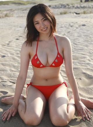 日向泉の手がスラリと長い美人の赤ビキニ水着.jpg